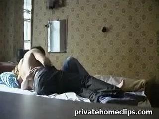 Мама с сыном трахаются на кровати пока никого нет дома  смотреть онлайн