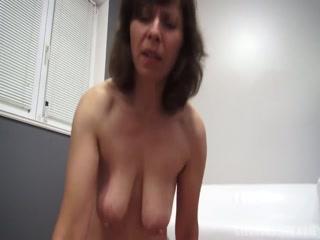 Секс-видео с красивой зрелой брюнеткой, что любит сосать