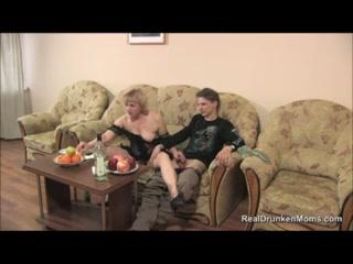 Русское порно видео онлайн с мамой дома на диване в гостиной