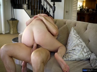 Секс с красивой девушкой-брюнеткой на диване
