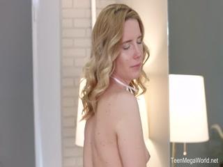 Блондинка с большой грудью соблазнила молодого человека на секс дома и он трахнул